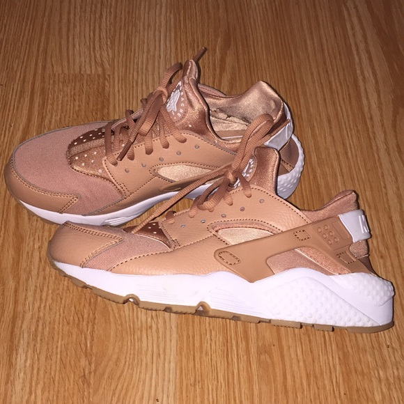 buy online 6d09d b6d27 Rose gold Nike huaraches. M 5a86054845b30c7354480738